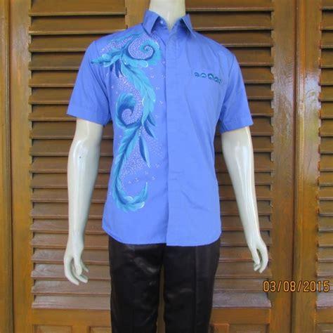 hem batik pria berwarna biru motifnya cukup modern dan