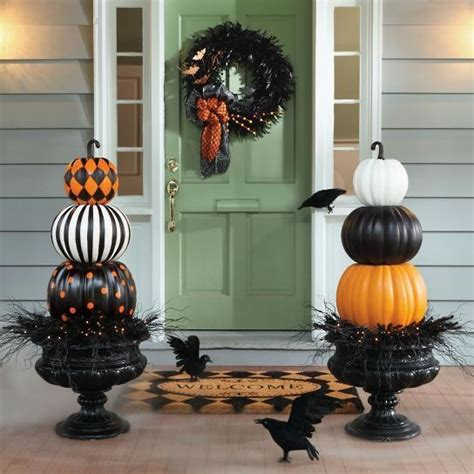 stacked pumpkin door flanks halloween diys