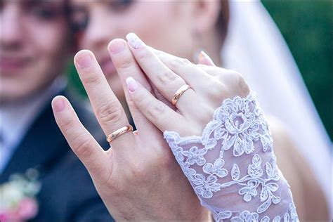 a brief history of wedding rings and how to wear them