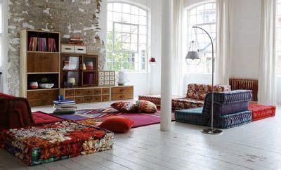 canapé au sol mettre en valeur mon vieux canapé avec des plaids