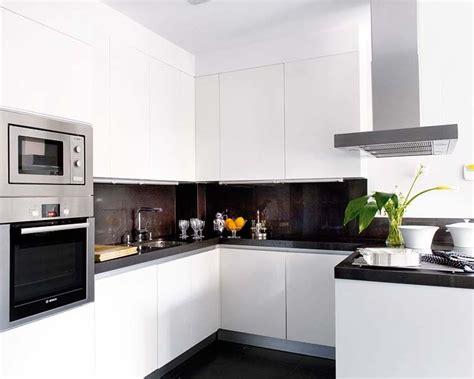 cocina blanca  sencilla blanca  encimera oscuracocina