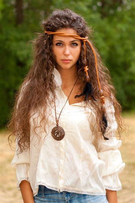 hippie frisur mit haarband hippie frisuren sch 246 ne styles im hippie look haare hippie frisur lockige frisuren und