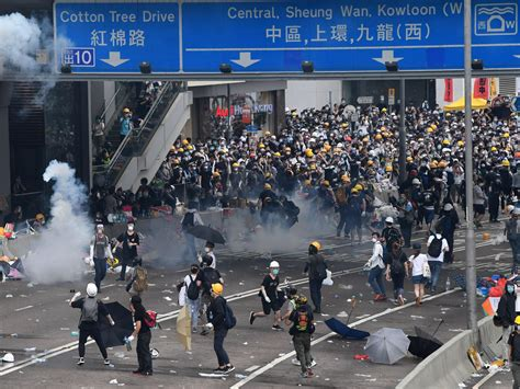 hong kong police  tear gas rubber bullets  clashes  thousands  protesters