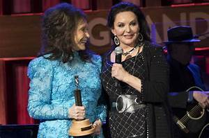 Crystal Gayle Inducted into Grand Ole Opry by Sister ...