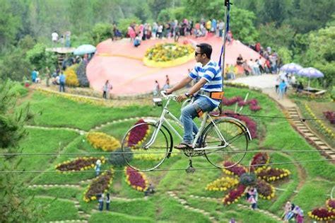 mengayuh sepeda secara tak biasa  gowes air coban rais