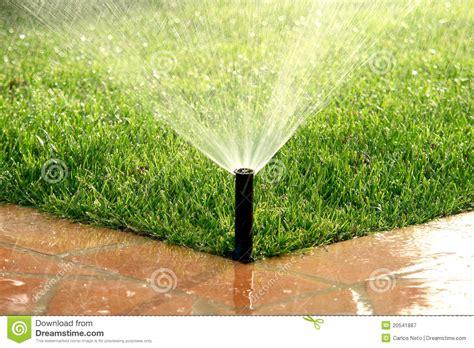pelouse de arrosage automatique de syst 232 me d irrigation de jardin photographie stock libre de
