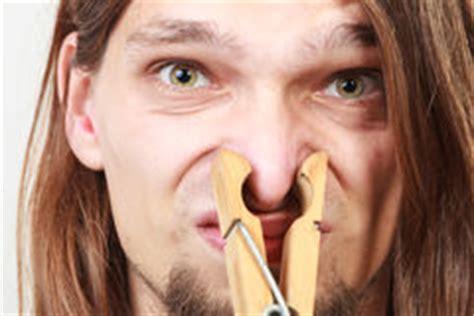 homme avec la pince 224 linge sur le nez photo stock image 65576961