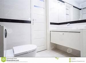 Salle De Bain Noire Et Blanche : petite salle de bains noire et blanche photo stock image ~ Melissatoandfro.com Idées de Décoration
