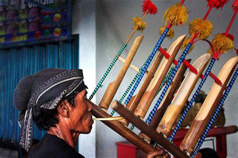 Angklung merupakan alat musik tradisional yang masih cukup sering digunakan. 15 Alat Musik jawa Timur Lengkap Dengan Gambar - Haipedia.com