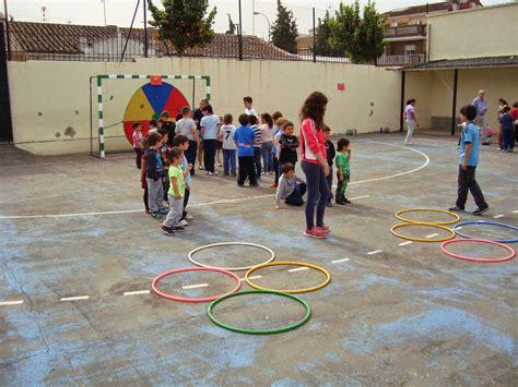 Te damos algunas ideas de actividades educativas que puedes proponer a tus hijos en casa o en el jardín para que se entretengan y aprendan según su edad. Aprender es una aventura: Gymkana escolar