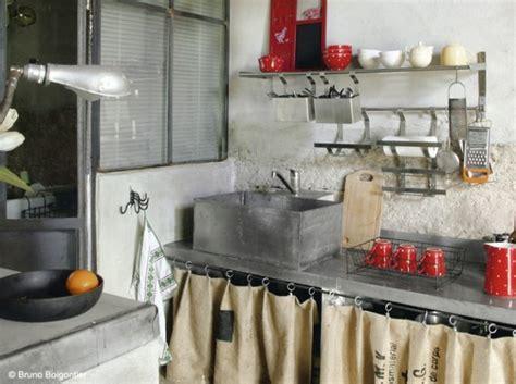 rideaux meuble cuisine cuisine cagne cuisine cagne et récup dans cette cuisine on joue la carte de la récup