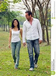 Hand In Hand Gehen : junge paare gehen hand in hand stockfoto bild 18044046 ~ Markanthonyermac.com Haus und Dekorationen
