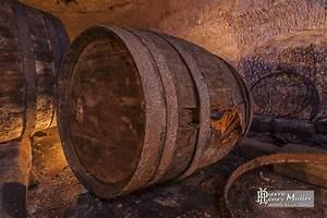 Tonneau En Bois : tonneau en bois de grande taille dans la cave brasserie de ~ Melissatoandfro.com Idées de Décoration