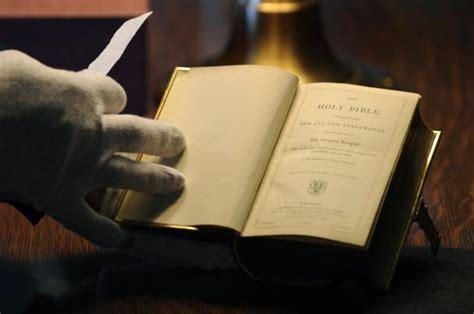 bible trump lincoln obama oath inauguration donald take office sworn holy president swear upi 2008 editors using