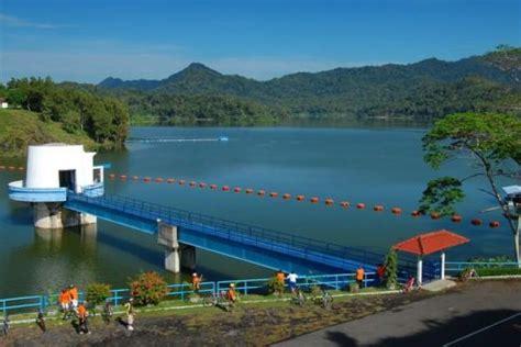 Sejumlah pengunjung berfoto di spot foto di waduk darma kuningan. Lokasi dan Harga Tiket Masuk Waduk Sermo Kulon Progo, Destinasi Danau Tersembunyi Dibalik Kota ...