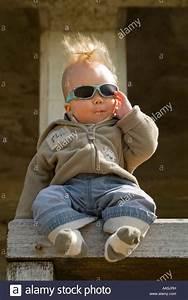 Spielzeug Für 8 Monate Altes Baby : humorvolle vertikal nahaufnahme eines 6 monate altes baby jungen posieren f r fotos mit ~ Yasmunasinghe.com Haus und Dekorationen