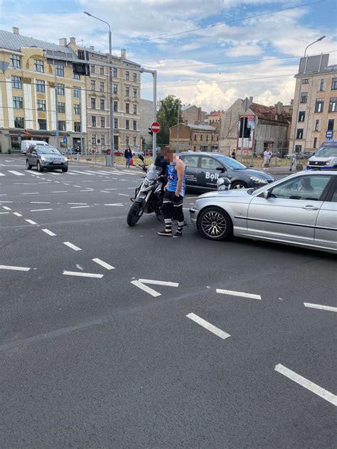 Rīgas centrā notikusi motocikla un automašīnas sadursme ...
