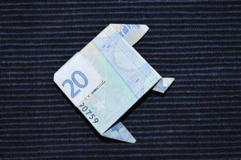 fische aus geld basteln geldscheine falten als fisch kinderspiele welt de