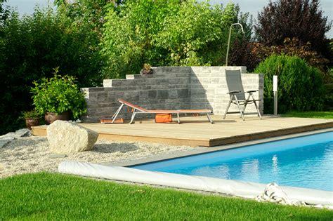 pool mit holzterrasse mauern bruckmeier garten und landschaftsbau