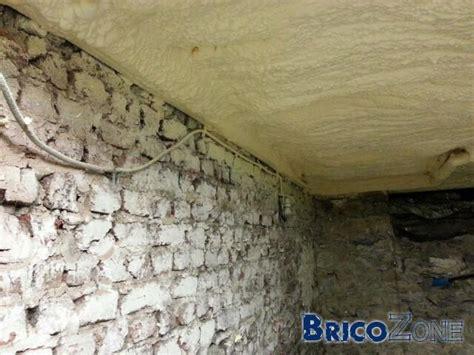 isolation plafond cave avec tuyaux et cables
