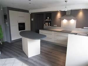 cuisine avec plan de travail noir faade blanc brillant With cuisine grise avec plan de travail noir