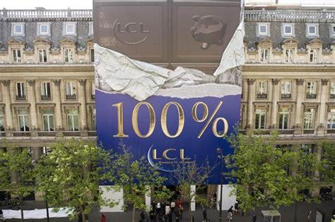 lcl siege une tablette de chocolat géante sur le siège parisien du lcl