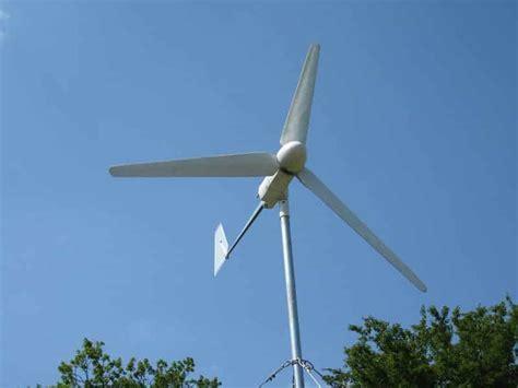 Горизонтальные ветрогенераторы разных типов.