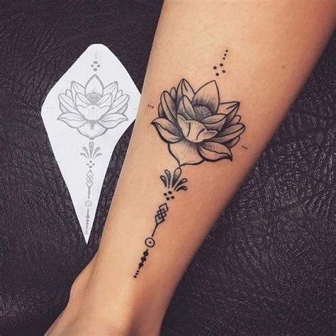 tatouage de femme tatouage fleur de lotus dotwork sur