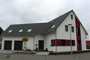 Einfamilienhaus Mit Garage : einfamilienhaus modern holzhaus holzfassade satteldach ~ Lizthompson.info Haus und Dekorationen