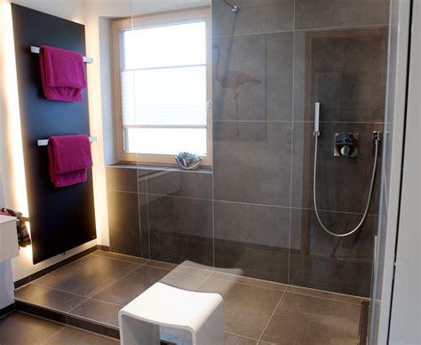 grosse dusche mit kleinem podest bad   badezimmer