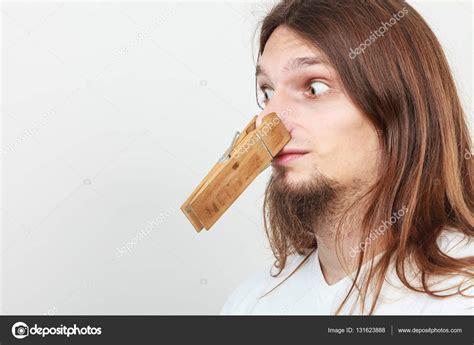 homme avec pince 224 linge sur le nez photo 131623888