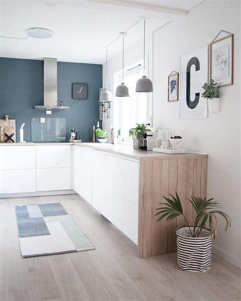 cuisine fond blanc kitchen cuisine blanc bleu bois hotte intox tapis plante