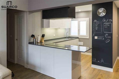 cocina blanca abierta al salon  perfil gola cocinas