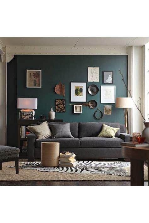 mur vert de gris avec belle variete dobjets  de
