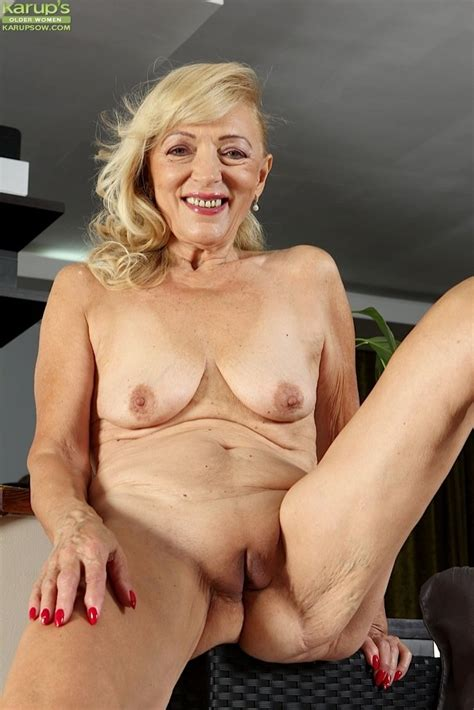 Horny Granny Janet Lesley Spreads Her Older Pussy