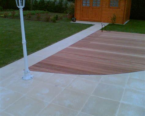 chantier d une terrasse mixte bois et dallage pierre