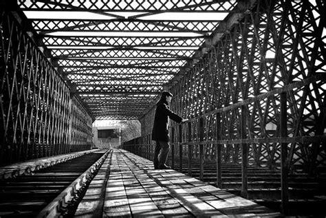 photo bébé noir et blanc en noir et blanc sur un pont 224 angers paperblog