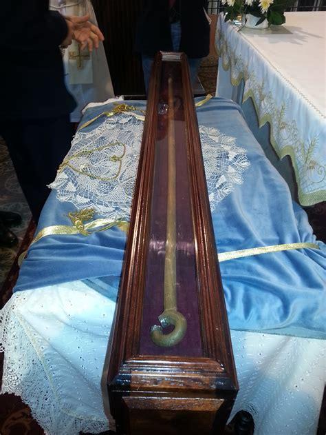 hundreds turn   venerate relic  st teresa  avila