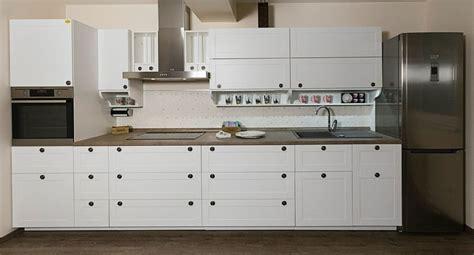cuisine blanche et plan de travail noir cuisine cuisine blanche plan de travail noir avec argent