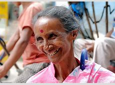 Alte Frau Sie handelt mit keinen Schmuckgegenständen