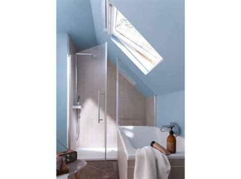 cette salle de bains sous les toits b 233 n 233 ficie ainsi d une baignoire et d une