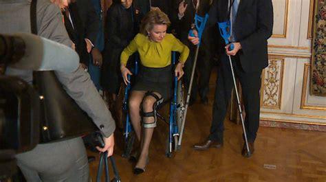 chaise roulante occasion belgique la reine mathilde se déplace en chaise roulante vidéo