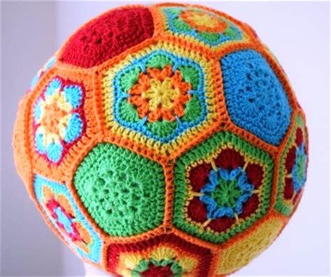 gehaakte bloemen zeshoek deken gratis haakpatroon bal freubelweb freubelweb