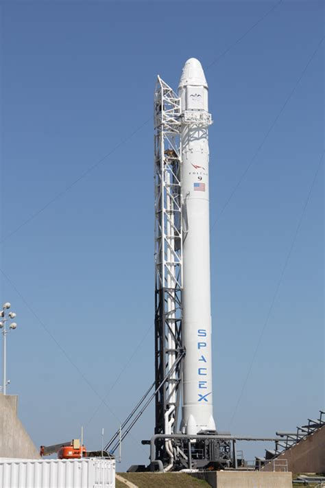spacex commercial rocket poised  march  blast   iss