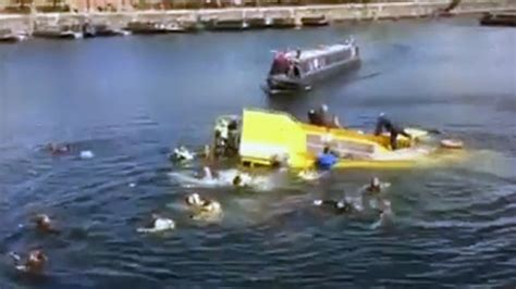 Tourist Duck Boat Sinks by Liverpool Tourist Duck Boat Sinks Rescues On