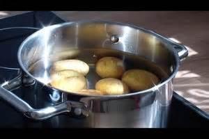 Kartoffeln In Der Mikrowelle Zubereiten : video in der mikrowelle kartoffeln kochen so geht 39 s ~ Orissabook.com Haus und Dekorationen