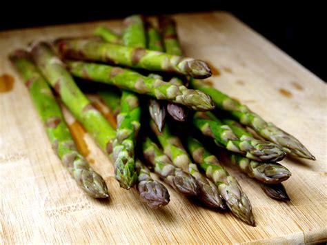 cuisiner les asperges vertes comment cuire les asperges vertes cookismo recettes