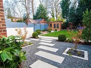 Idee Per Abbellire Il Giardino  Pavimentazione Con Ghiaia E Lastre Di Cemento  Casetta Di Legno