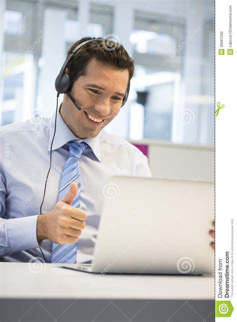 t harger skype bureau homme d 39 affaires dans le bureau au téléphone avec le