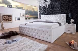 wandsteine schlafzimmer luxus polsterbetten weiß unter wandsteine schwarz oberhalb holz bodenbelag installieren mit